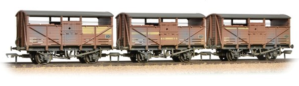 Bachmann 37-716 Triple Pack of 8t Cattle Wagons BR Bauxite (weathered)