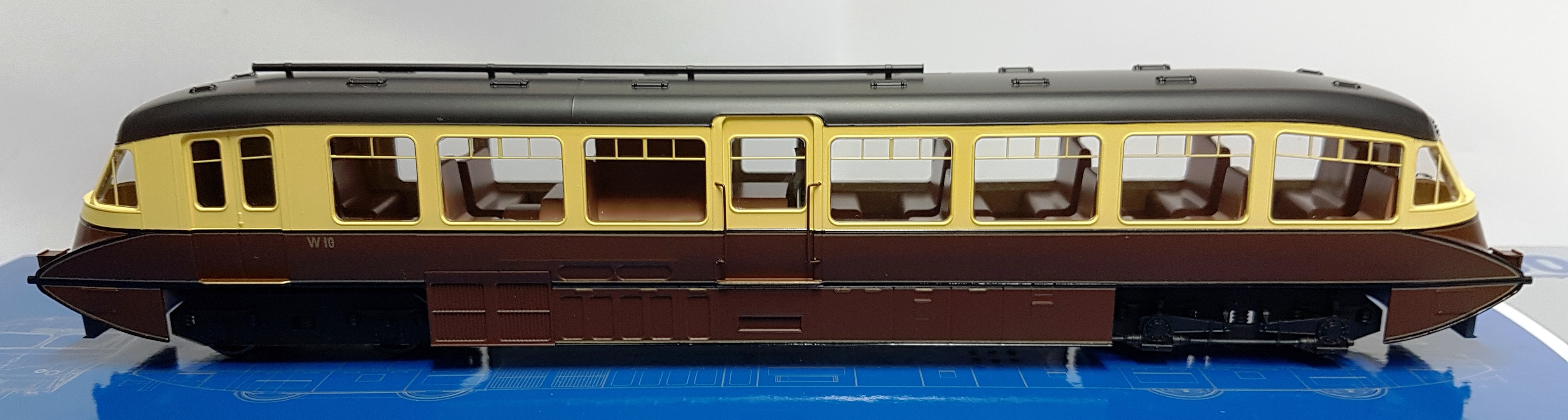 Dapol 4D-011-002 Streamlined Railcar W10 BR Lined Chocolate & Cream