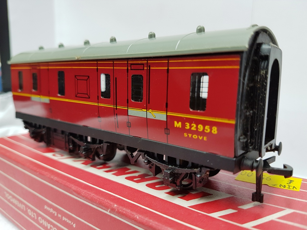 Hornby Dublo 2/3-Rail 4076 Six Wheel Passenger Brake Van/Stove Van (VIN7) - (second hand)